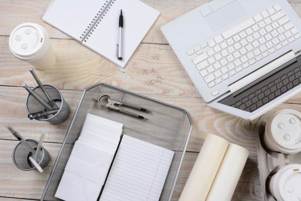 Au bureau, le numérique et le papier sont toujours de mise.
