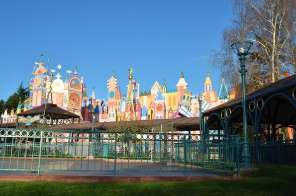 La façade rénovée d'It's a small world, en décembre 2015 à Disneyland Paris.