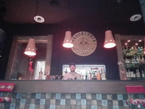 Clément Sargeni, barman à Bordeaux, dans les locaux du bar parisien La Mezcaleria