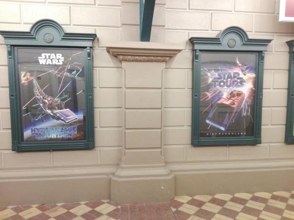 A l'entrée du Parc Disneyland, des affiches présentent les nouveautés des attractions phares de Discoveryland.