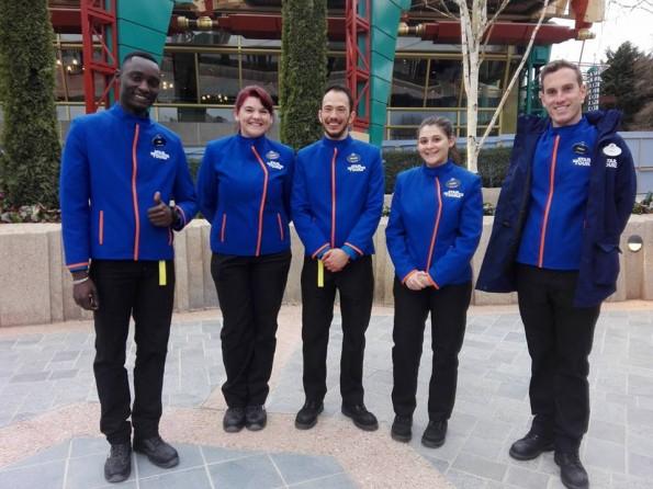 Une partie de l'équipe inaugurale de l'attraction, dotée de nouveaux costumes.