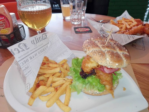 Le burger fish et, au second plan, le fish & frites