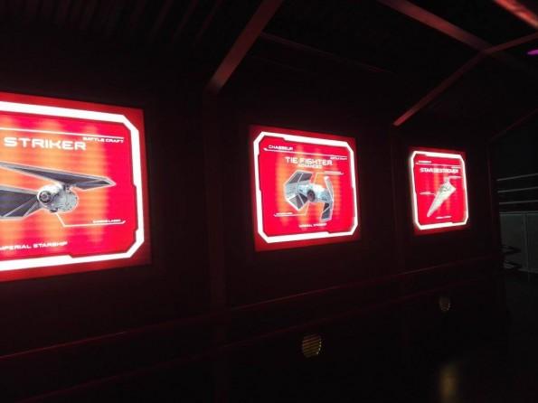 De nouveaux écrans décorent la file d'attente.