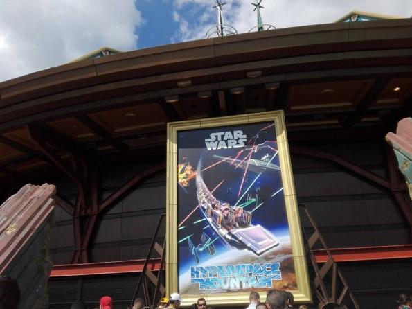 Un grand poster aux couleurs de l'attraction, également décliné à l'entrée du parc Disneyland, informe les visiteurs... sans pour autant représenter le design définitif des trains.