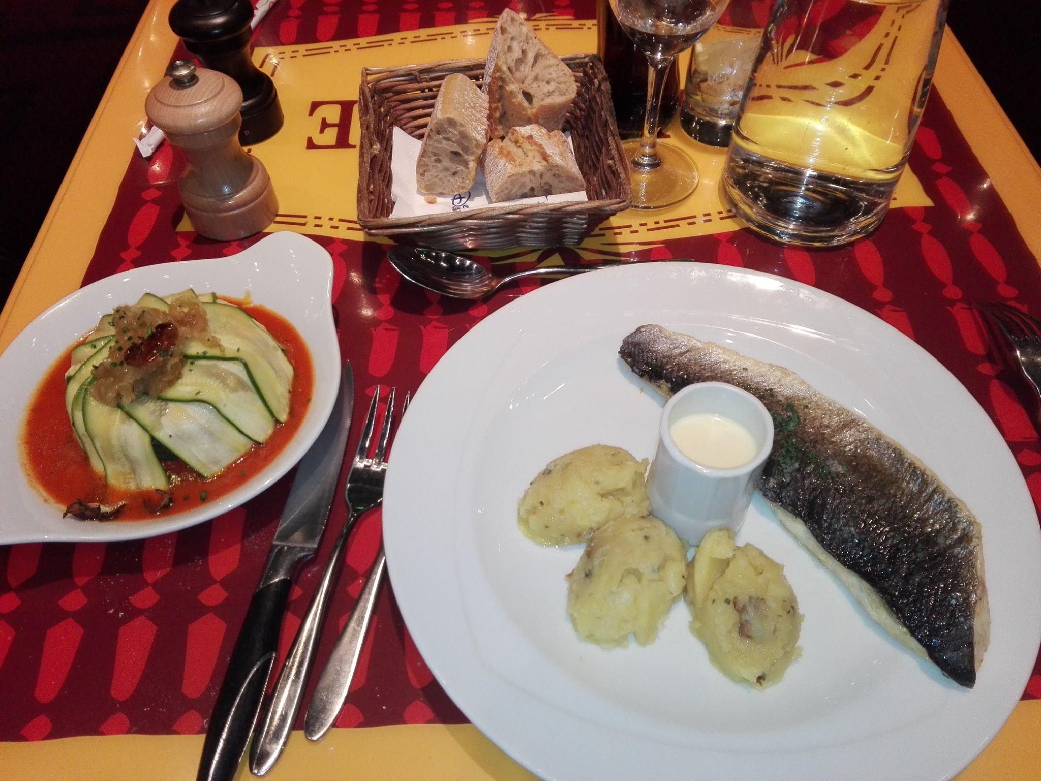 Filet de bar, ratatouille, écrasée de pommes de terre à l'huile et aux cêpes, sauce au champagne