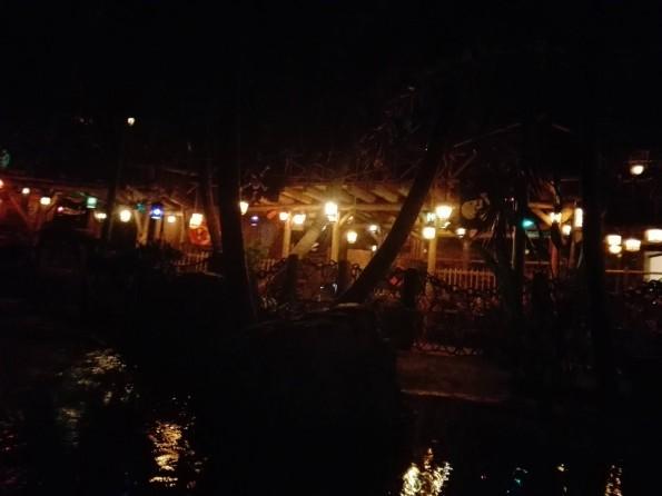 Les bateaux longent toujours la salle de restaurant, réaménagée.