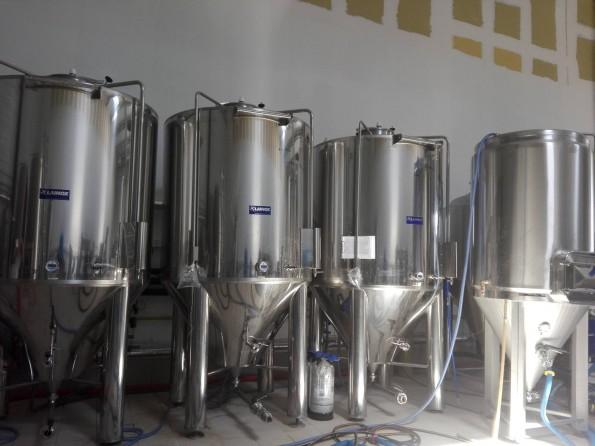 Les cuves de fermentation de la brasserie.