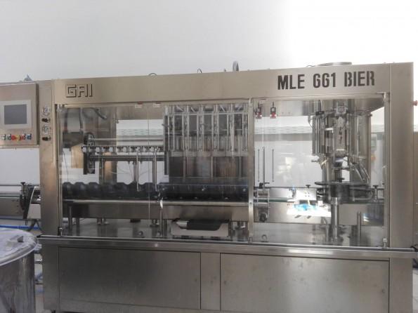 La mise en bouteilles s'effectue dans cette imposante machine.