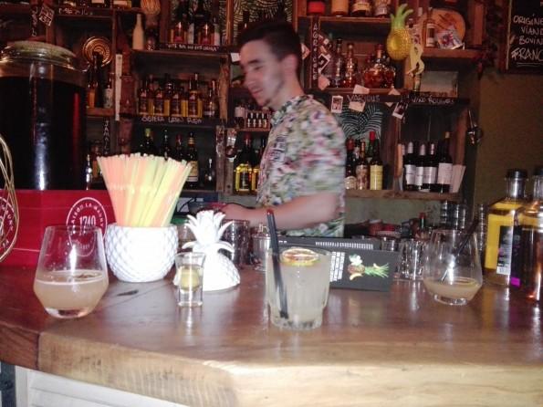 Un cocktail au rhum arrangé en pleine préparation au bar Maria Loca, à Paris.
