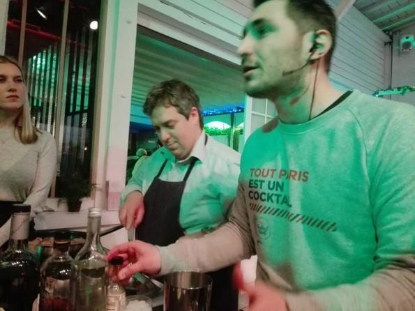 Préparation de saucisses macérées dans un cocktail Sazerac revisité (Peychaud bitter, sirop de sucre, bourbon)