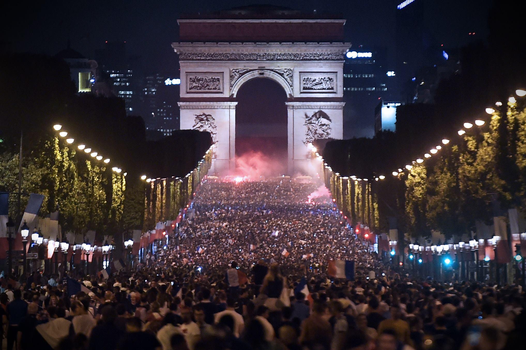 Champs-Elysées - foule match équipe de France