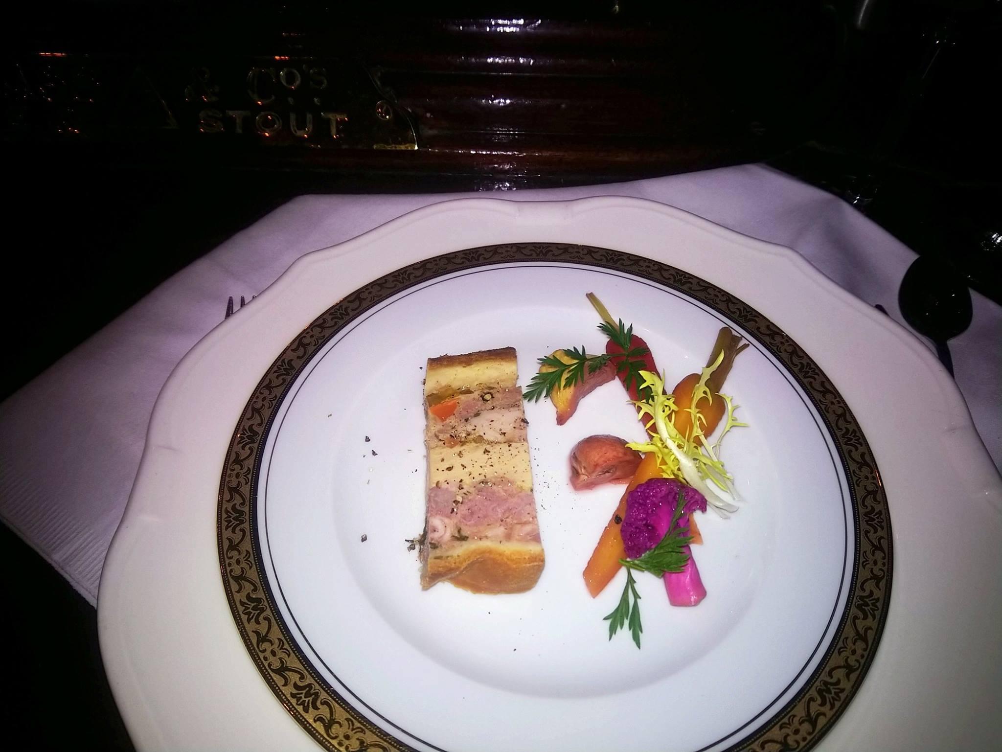 Le Gallopin, Paris : oreiller de la belle Aurore (porc, veau, canard, foie gras, lapin), servi avec des pickles de légumes d'hiver au vinaigre de cidre