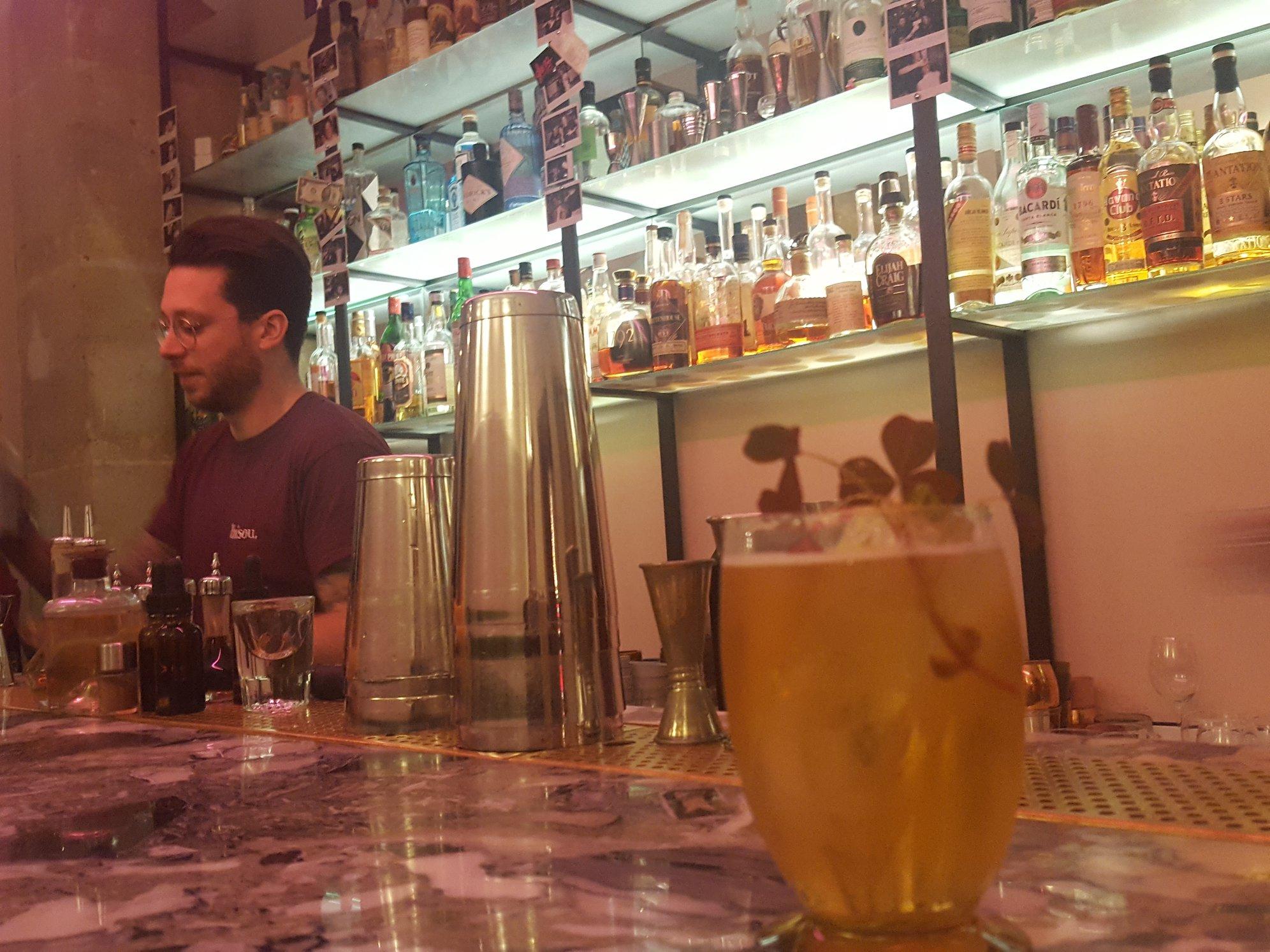 Bar Bisou à Paris. Cidre, 30&40, Calvados, sirop de sauge, citron jaune, vin de xérès