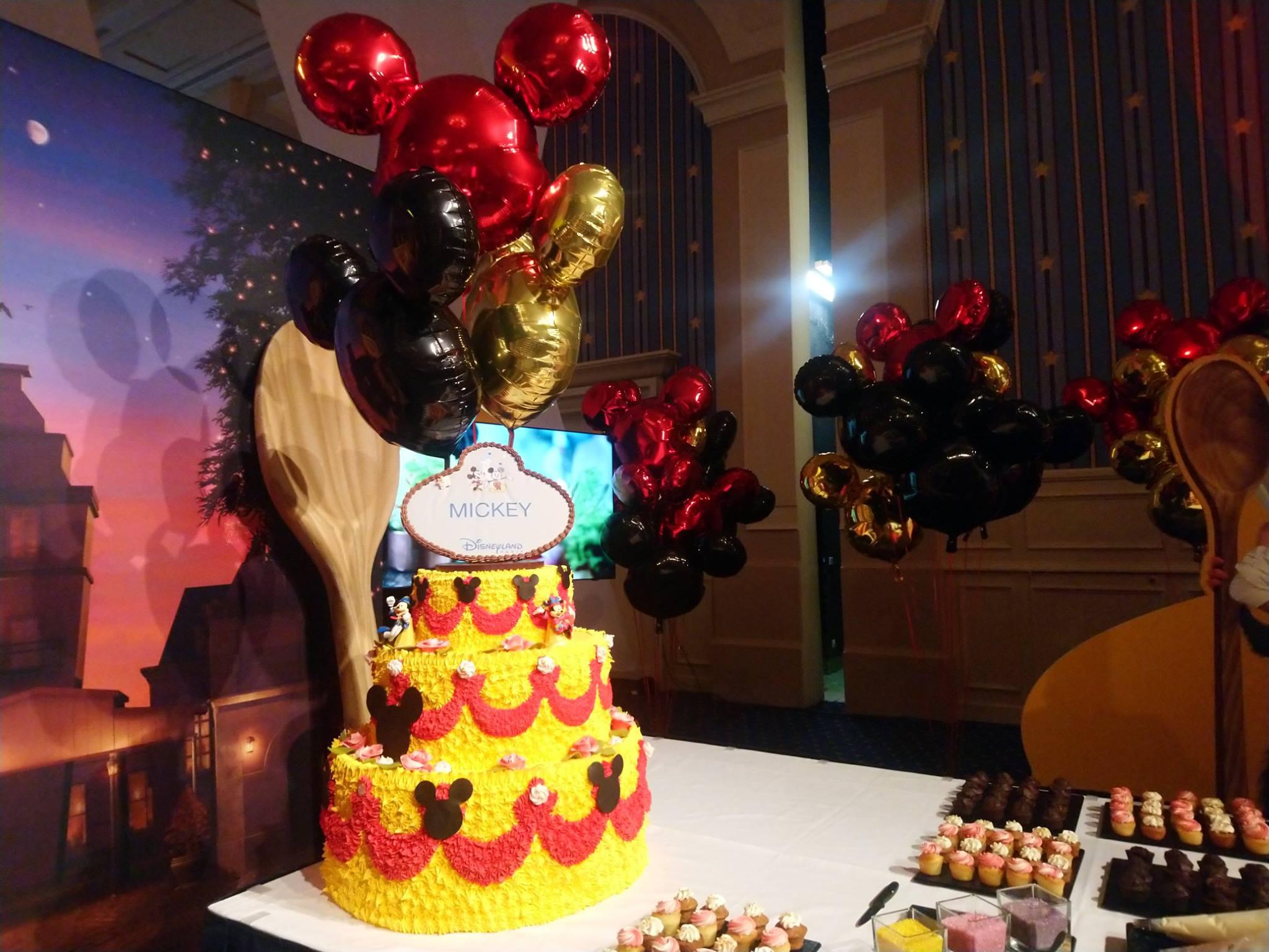 Les pâtissiers de Disneyland Paris rendent hommage à Mickey.