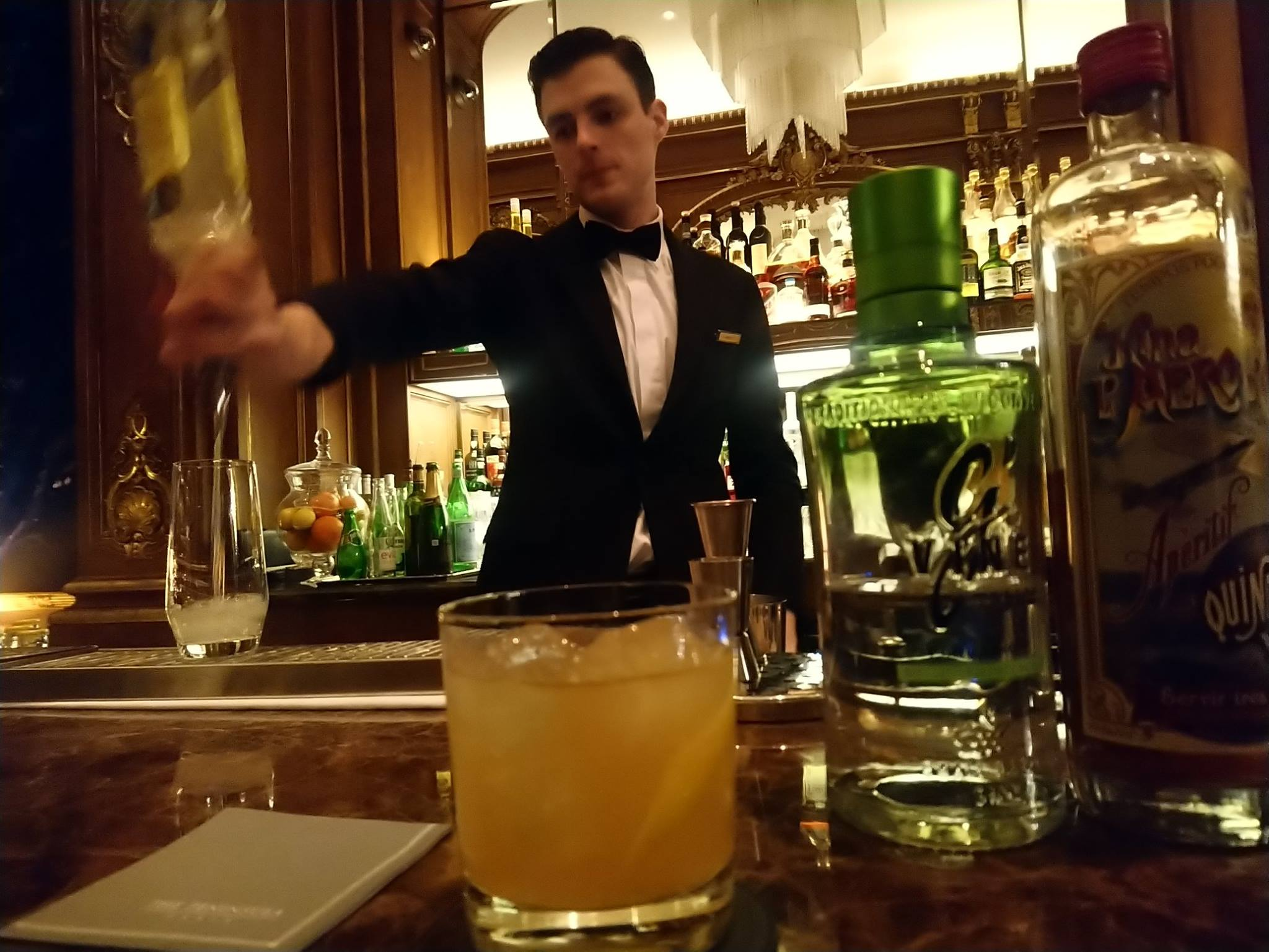 """Benoît Domas, alias """"Le dandy"""", prépare le Flower Power : gin G'Vine Floraison, Kina l'Avion d'or, sirop de jasmin maison, sirop de pamplemousse"""