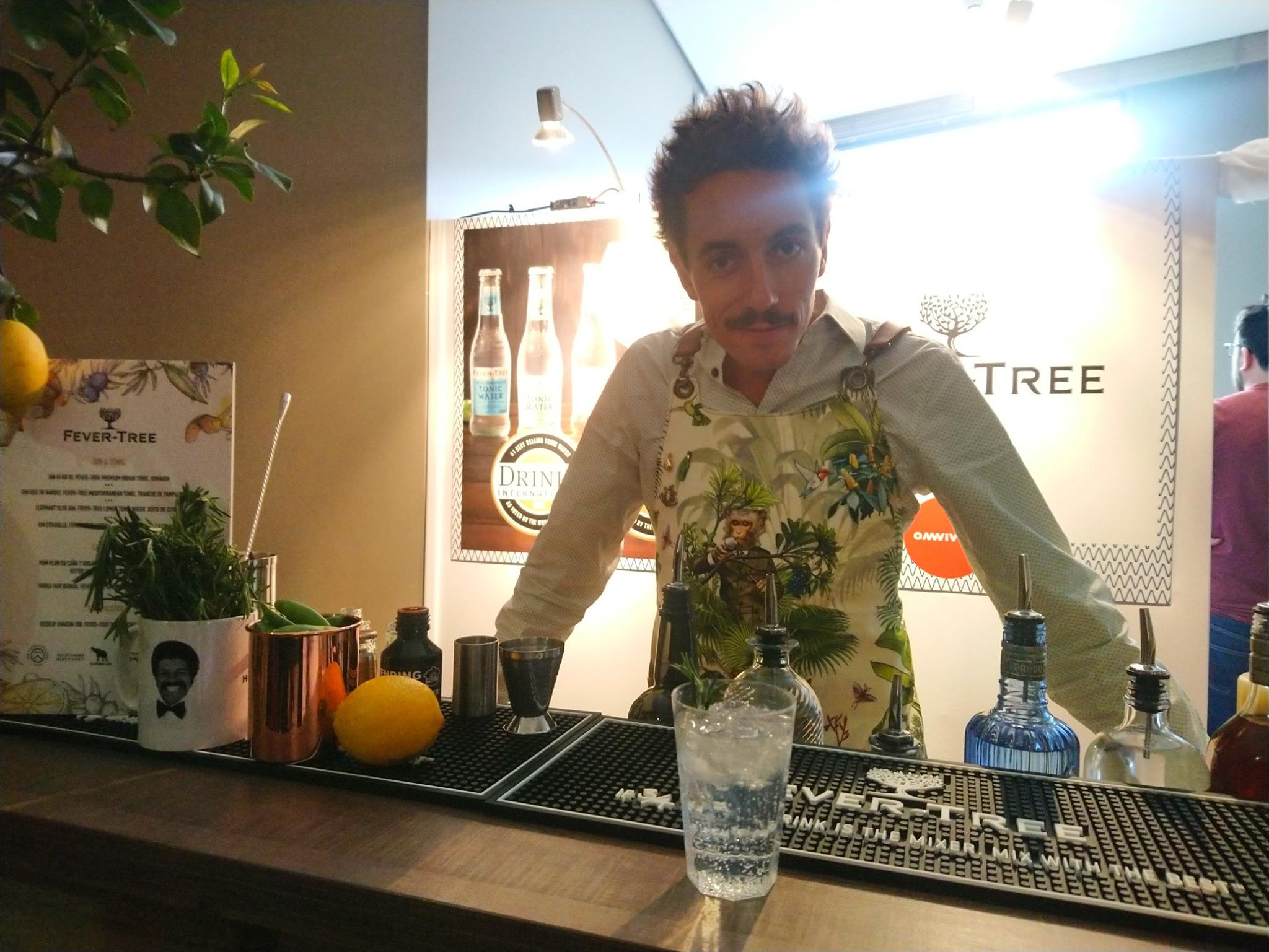 Cédric Moreau (Bootleggers) prépare un cocktail à base de Fever Tree