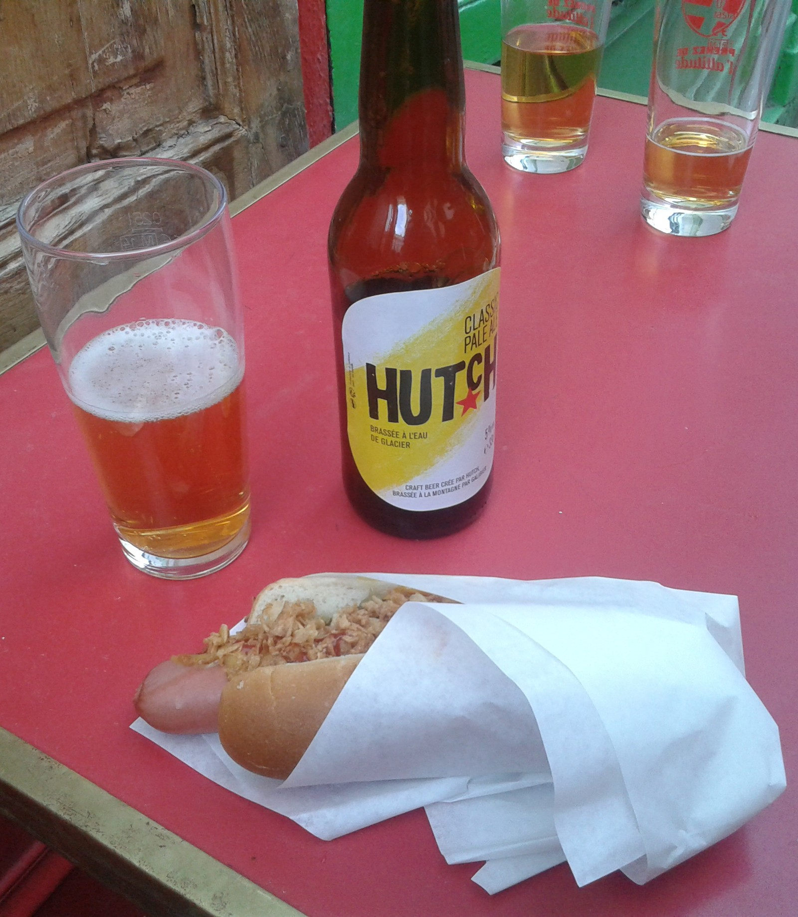 Hutch : bière et hot-dog