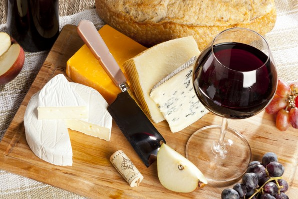 Plateau de fromage accompagné de vin