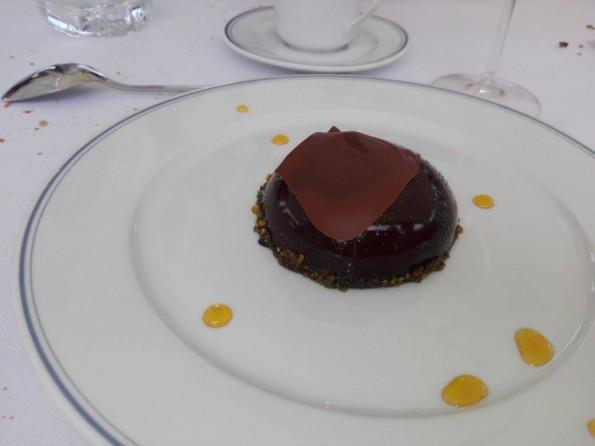 Dôme framboises et fraises aux pistaches caramélisées