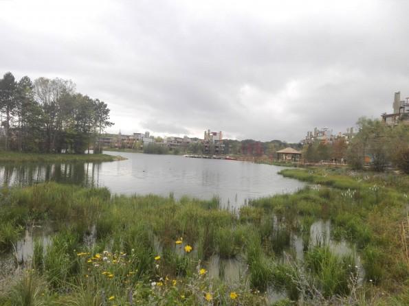 Le long du lac de Villages Nature Paris...
