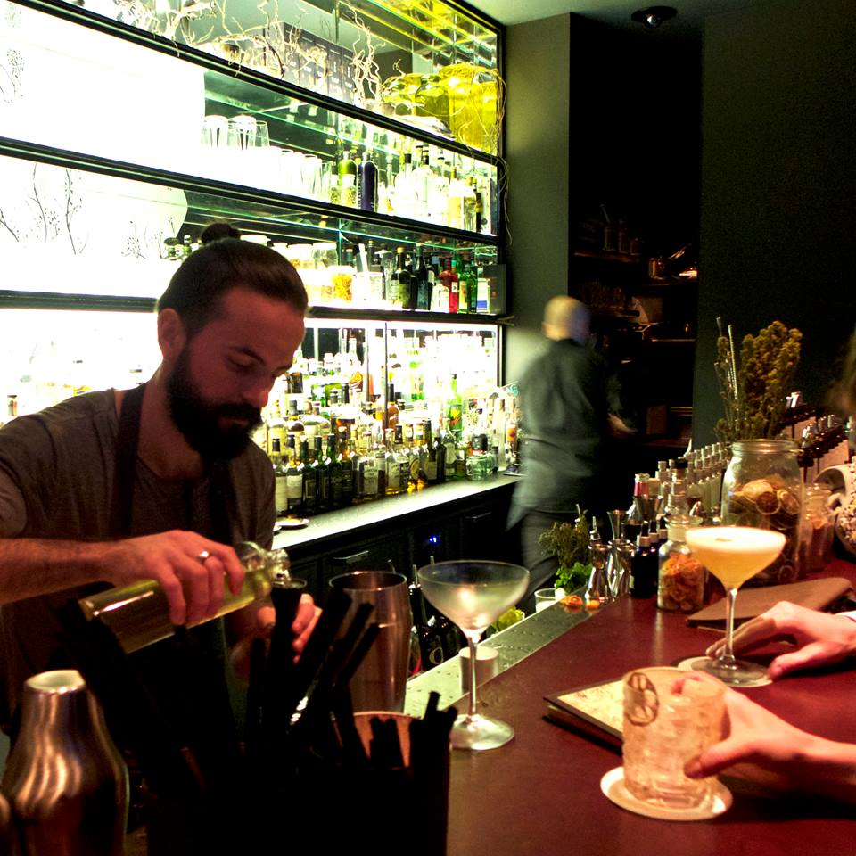 Cocktail et bartender à l'Herbarium