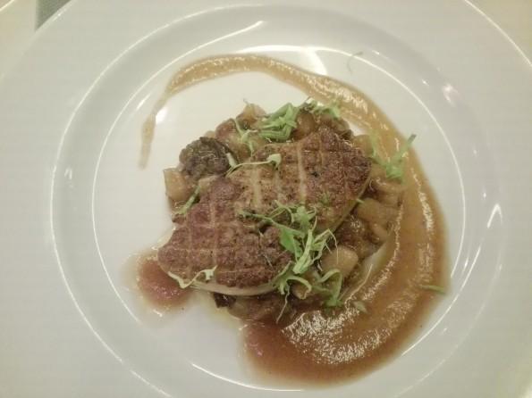 Escalope de foie gras de canard poêlée aux poires et pruneaux