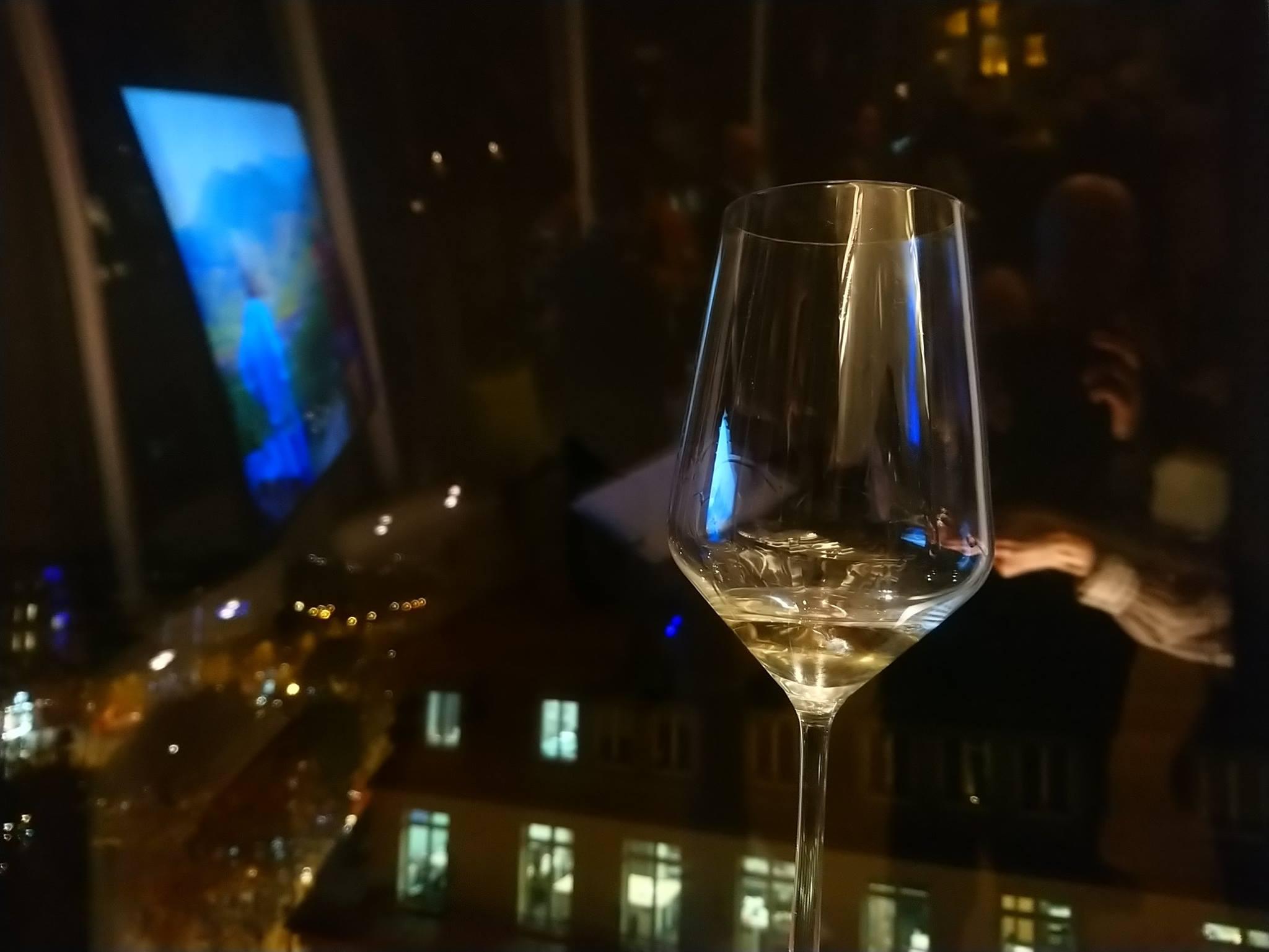 Vin - Verre de vin la nuit à Paris