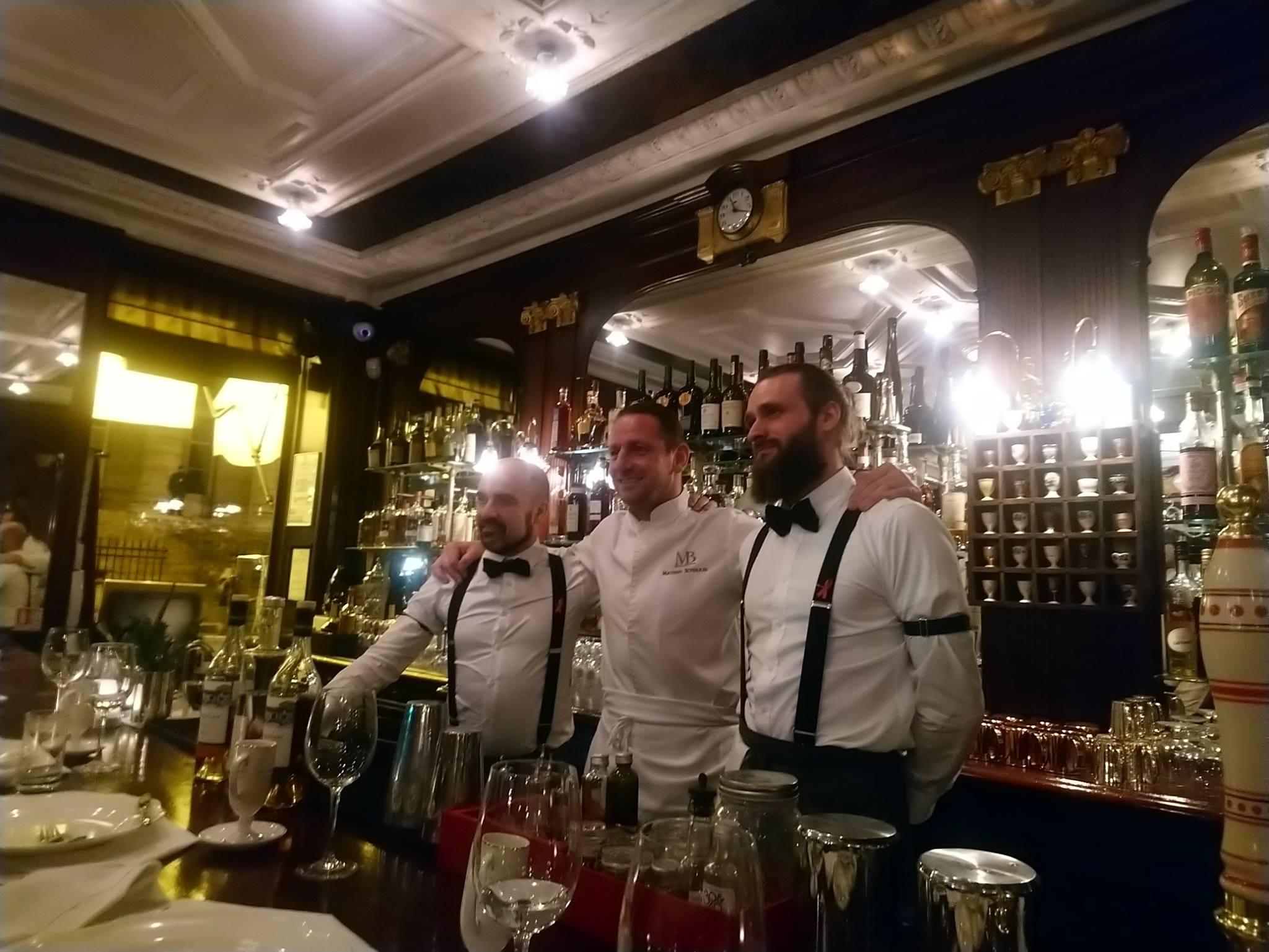 Stanislas Jouenne, Mathieu Scherrer et Pierre Ballemain au bar du Gallopin, à Paris