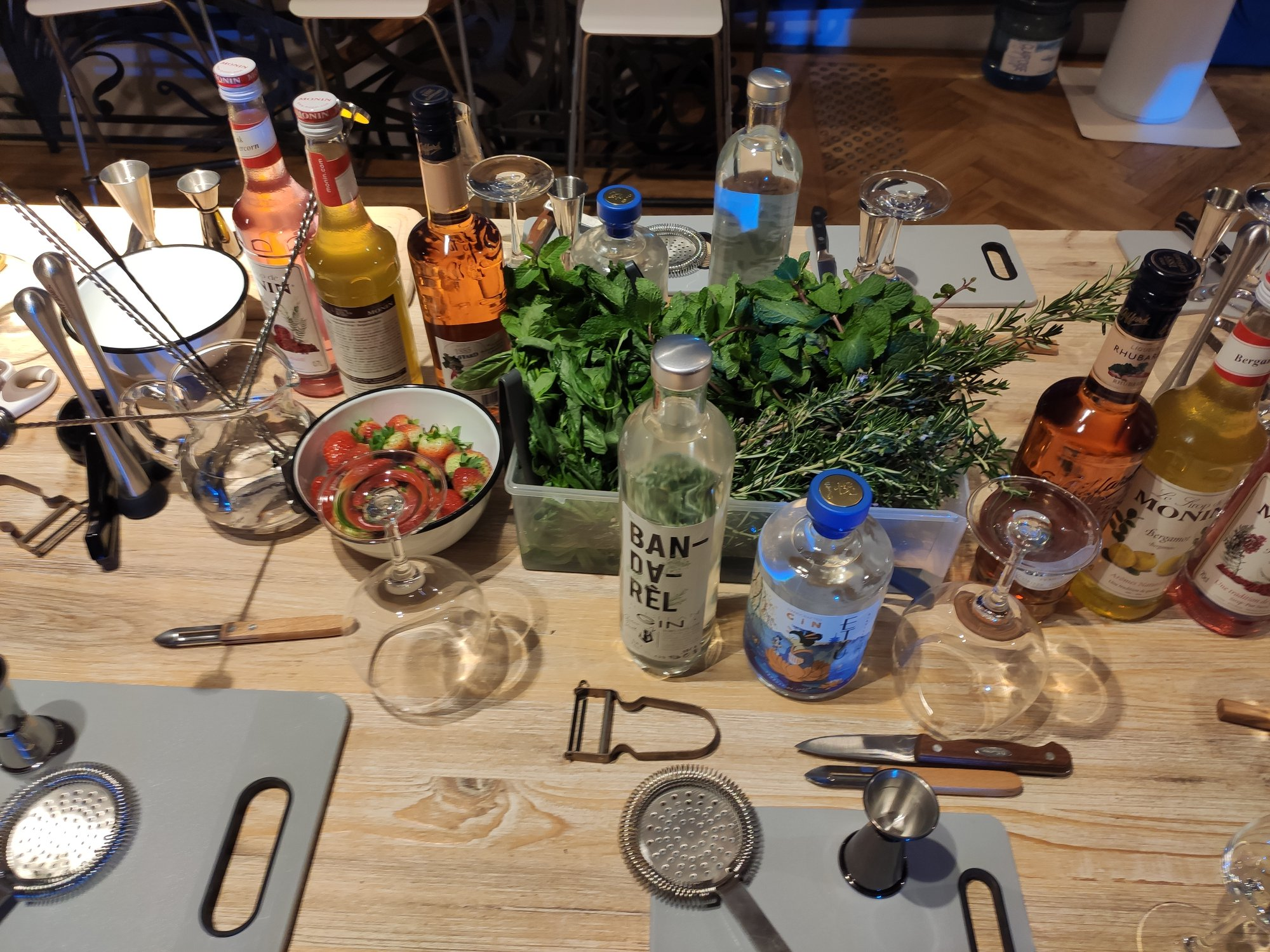 Préparation d'un gin tonic : ingrédients et ustensiles de cocktailse