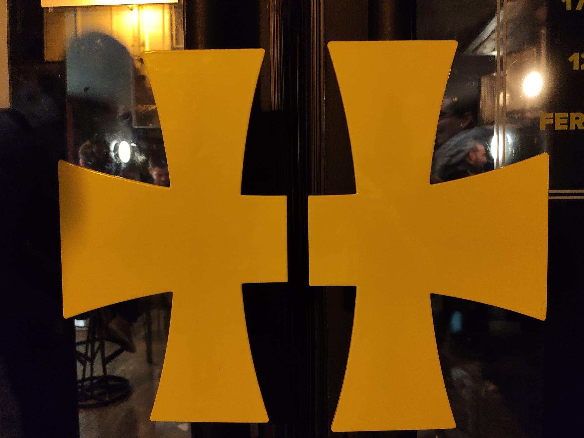 L'entrée du Hellfest Corner, ornée du célèbre logo.