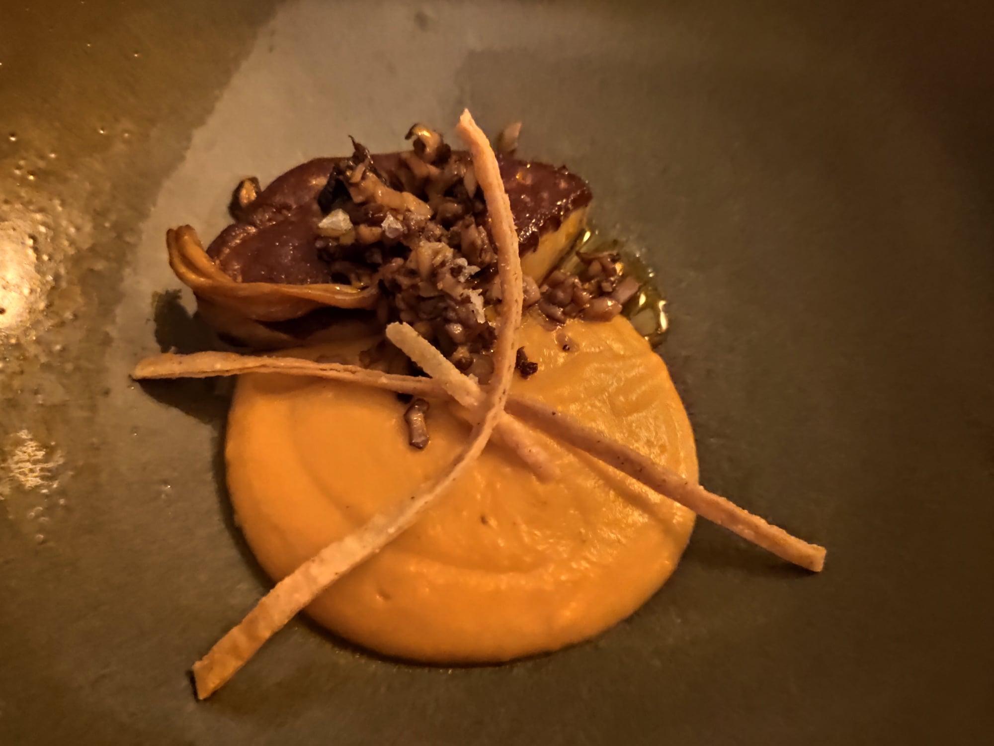 Ron Abuelo et foie gras à la braise accompagné de sa crème de butternut et de chanterelles