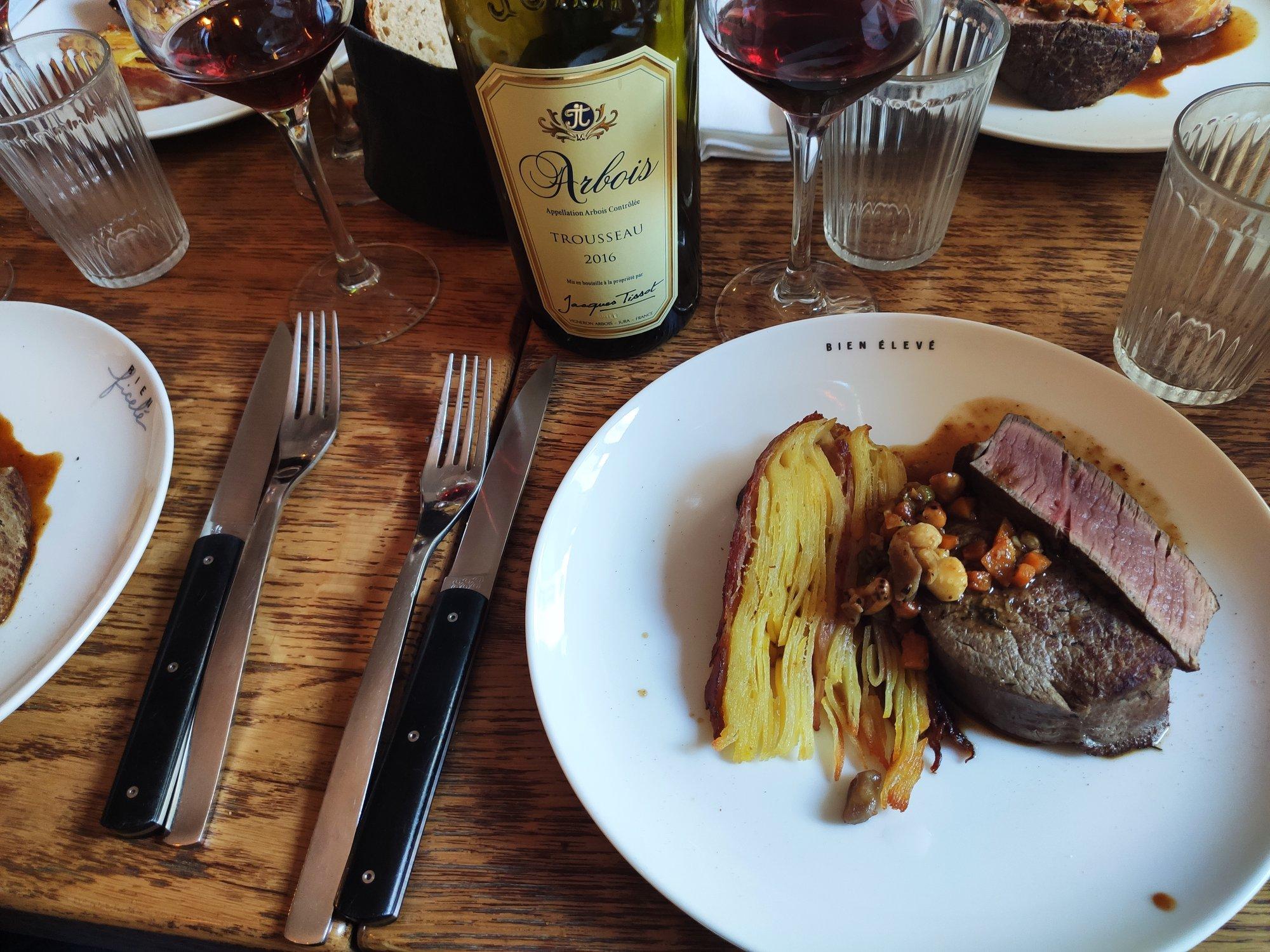 Filet de bœuf, des pommes de terre ainsi qu'un jus de bœuf réduit - Restaurant Bien élevé à Paris
