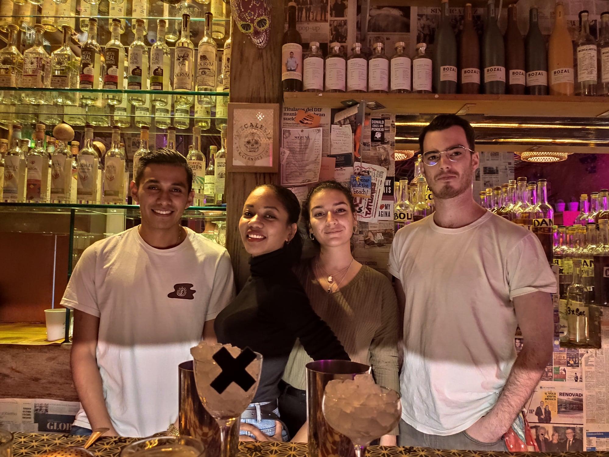 Mickael Kernoa et l'équipe de barmans de La Mezcaleria à Paris