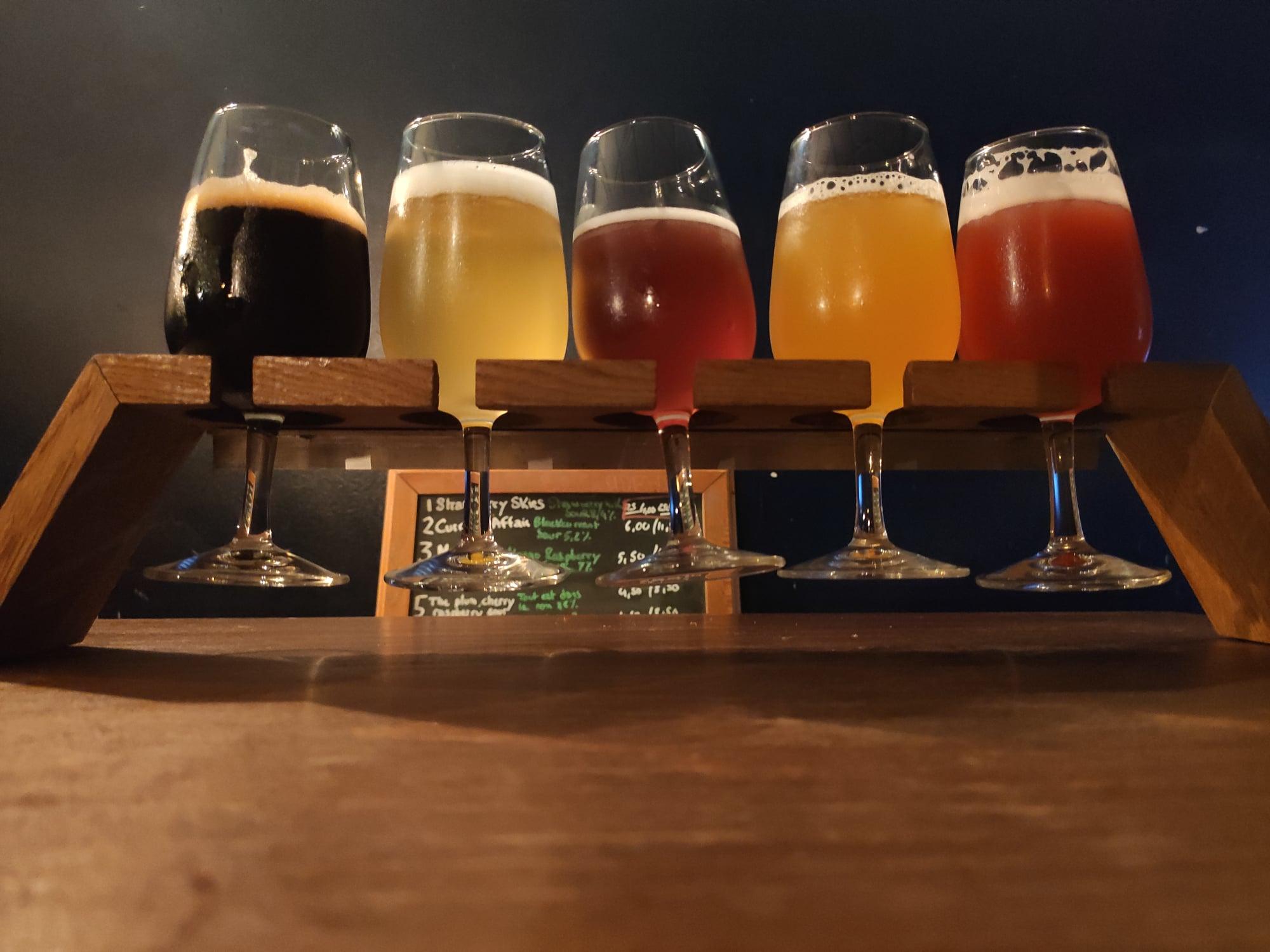 Sélection de bières au bar Hoppy Corner à Paris