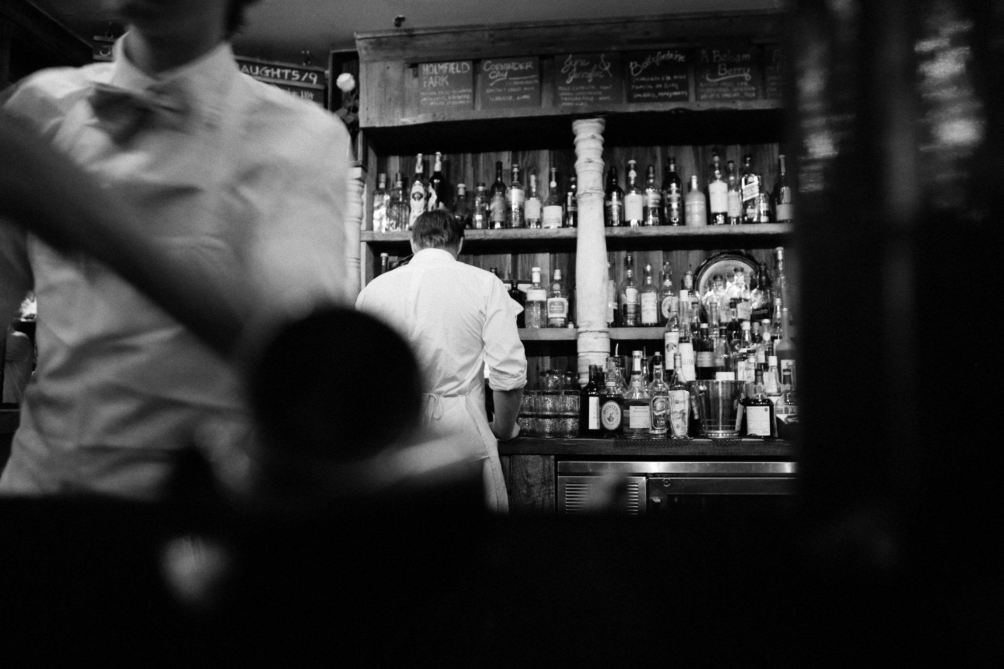 Comptoir de bar et barmans en contreplongée