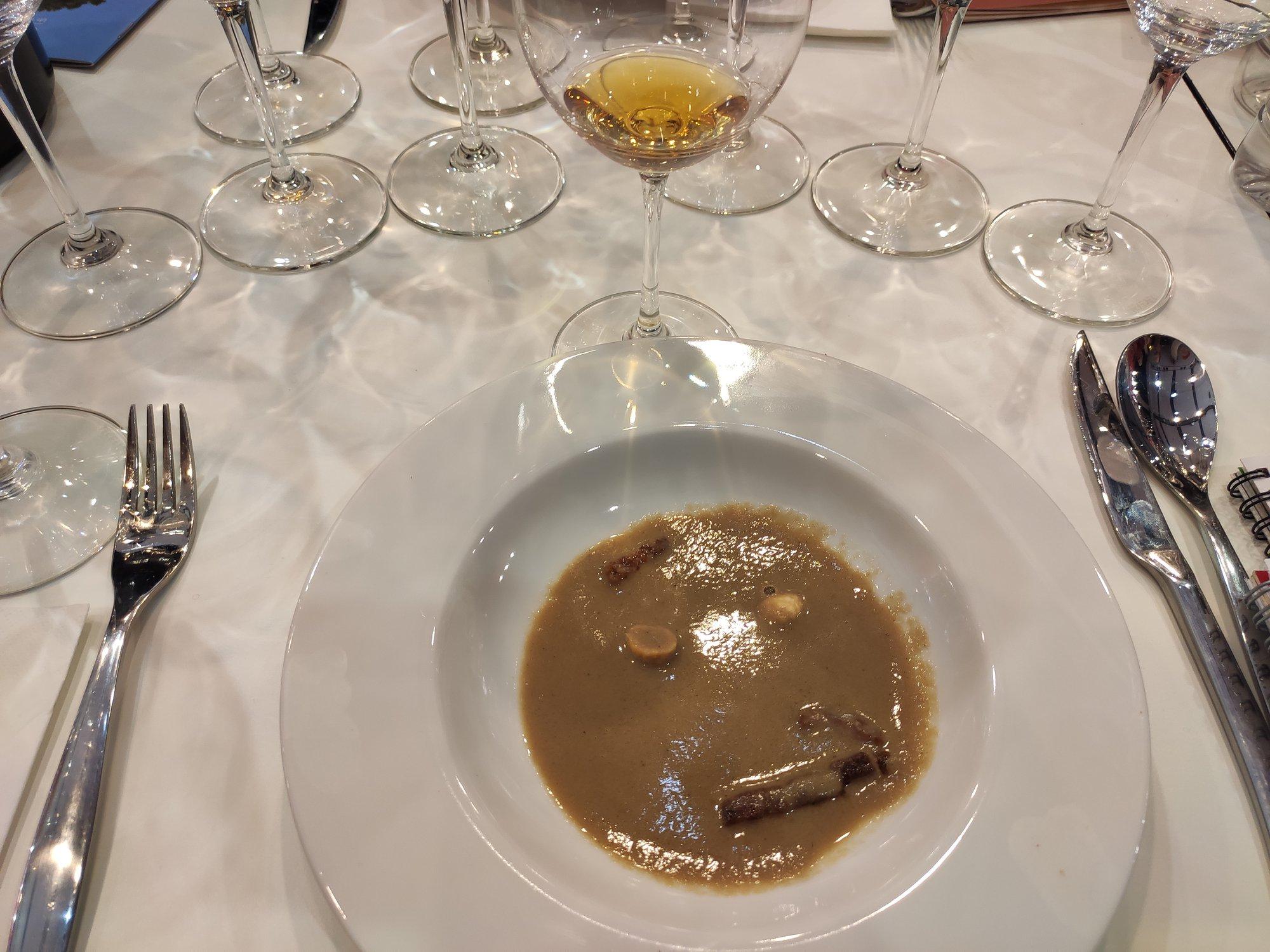 Cognac VS servi frais avec un velouté de gibier au Cognac, noisette et lardons