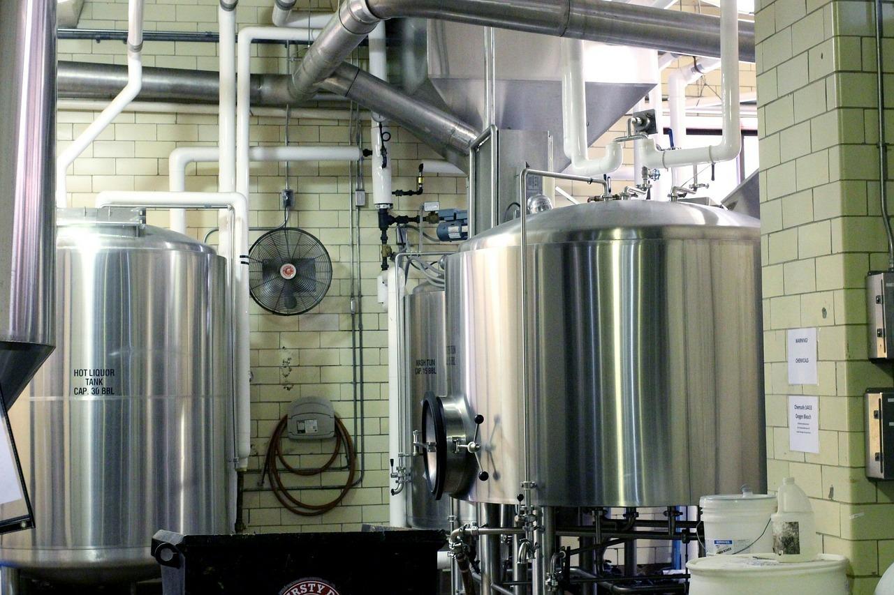 Cuves et installations dans une brasserie (fabrique de bières)