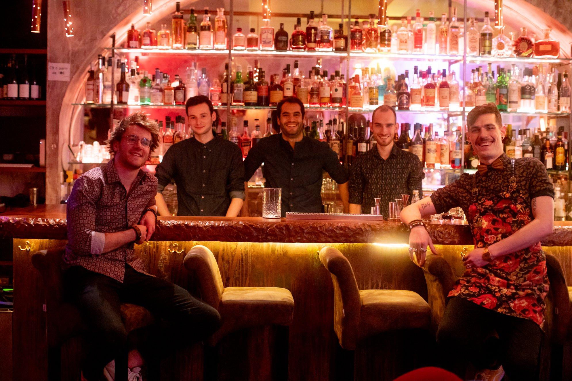 Hugo Vazquez et l'équipe du bar Le 153 à Paris