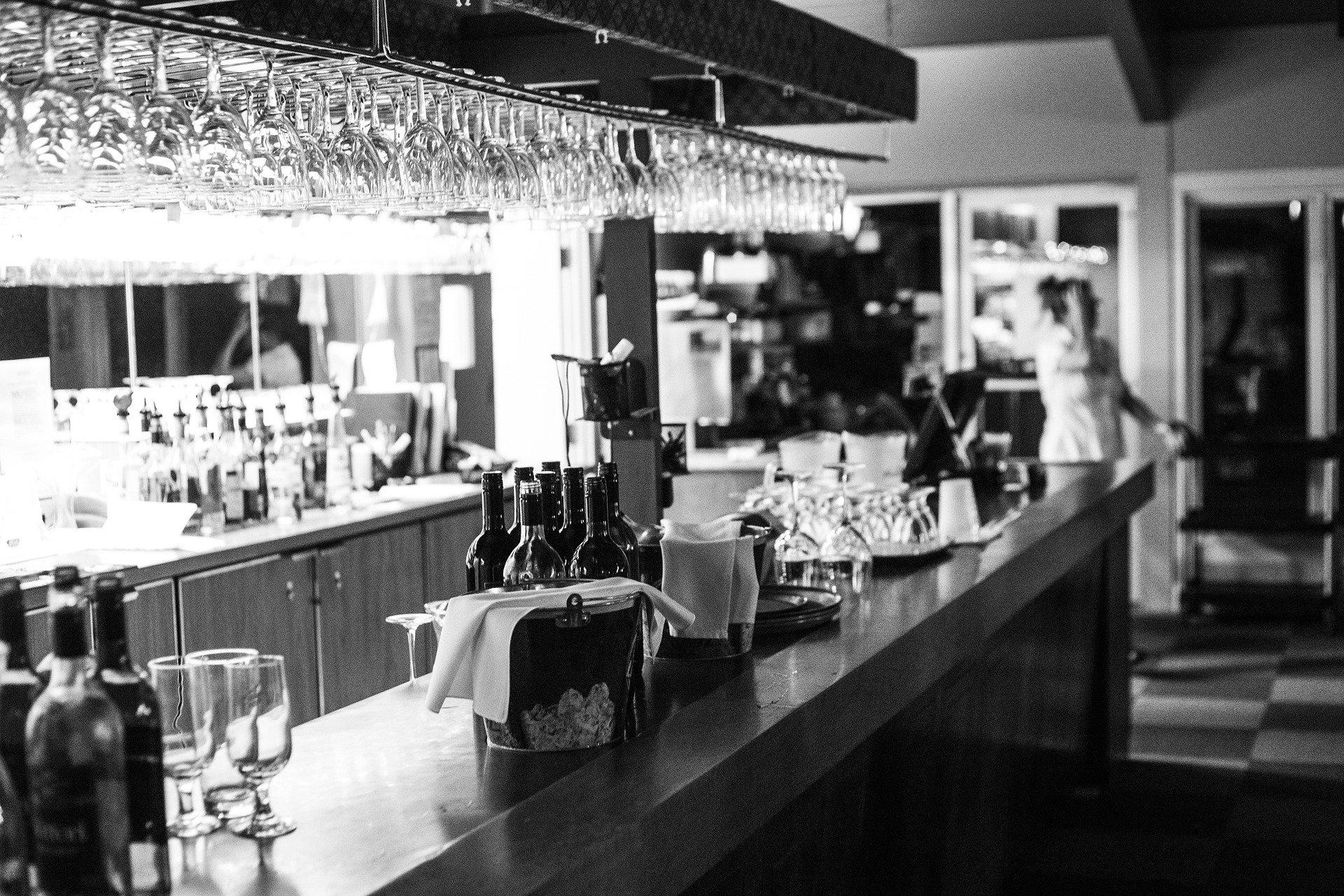 Bar à cocktails en noir et blanc vide