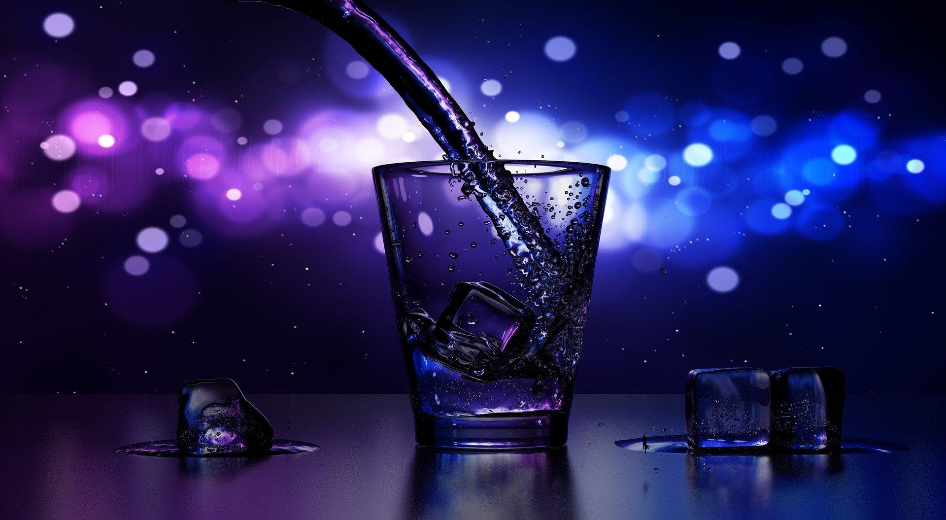 Cocktail de nuit en discothèque sur fond bleu