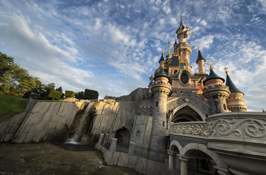 Château de la Belle au bois dormant à Disneyland Paris, en contre-plongée