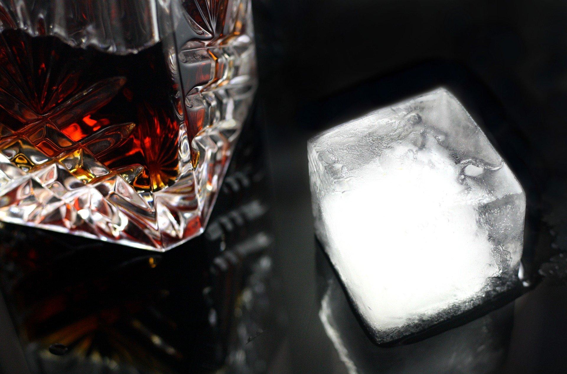 Cocktail Negroni Old fashioned et glaçons sur un bar