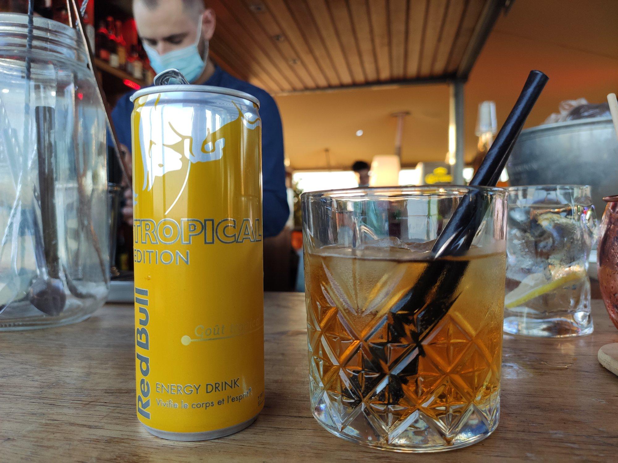 Cocktail Red Bull Tropical et rhum ambré - The 7TH Heaven - Bar rooftop Fréjus