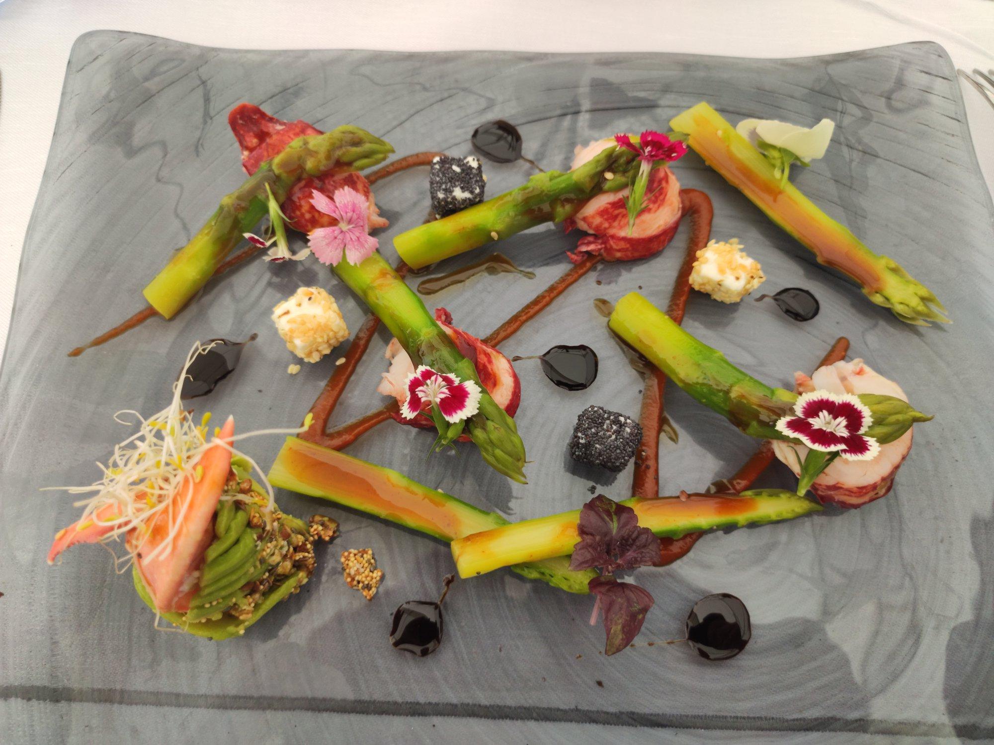 Belle Otéro : homard bleu, asperges vertes, poises de tétragone, petit granola et fleurs fraîches