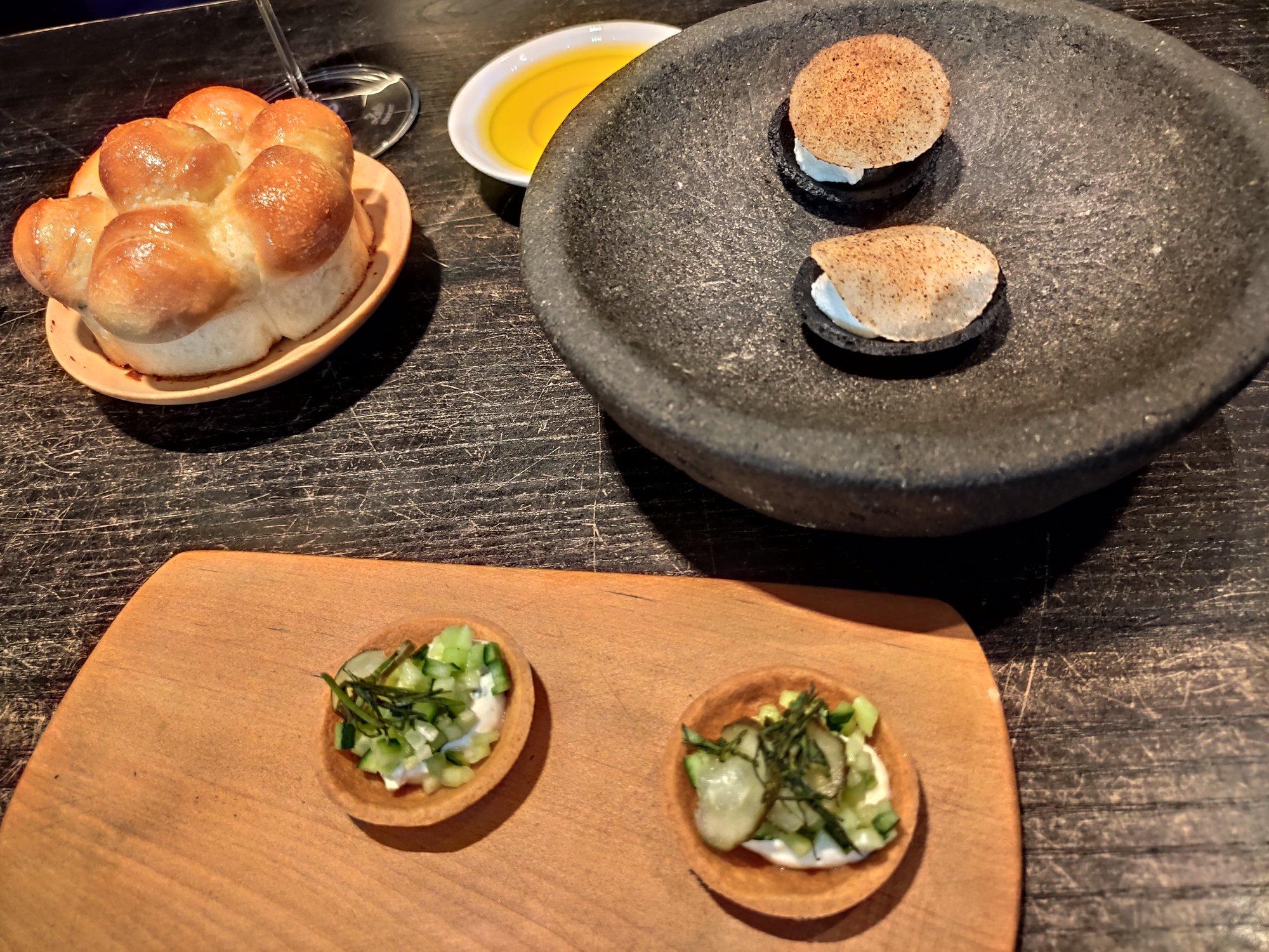 Fleur de Pavé, Paris : tartelettes au parmesan, rehaussées d'une crème aigrelette au curry, de concombre et d'un effiloché de menthe