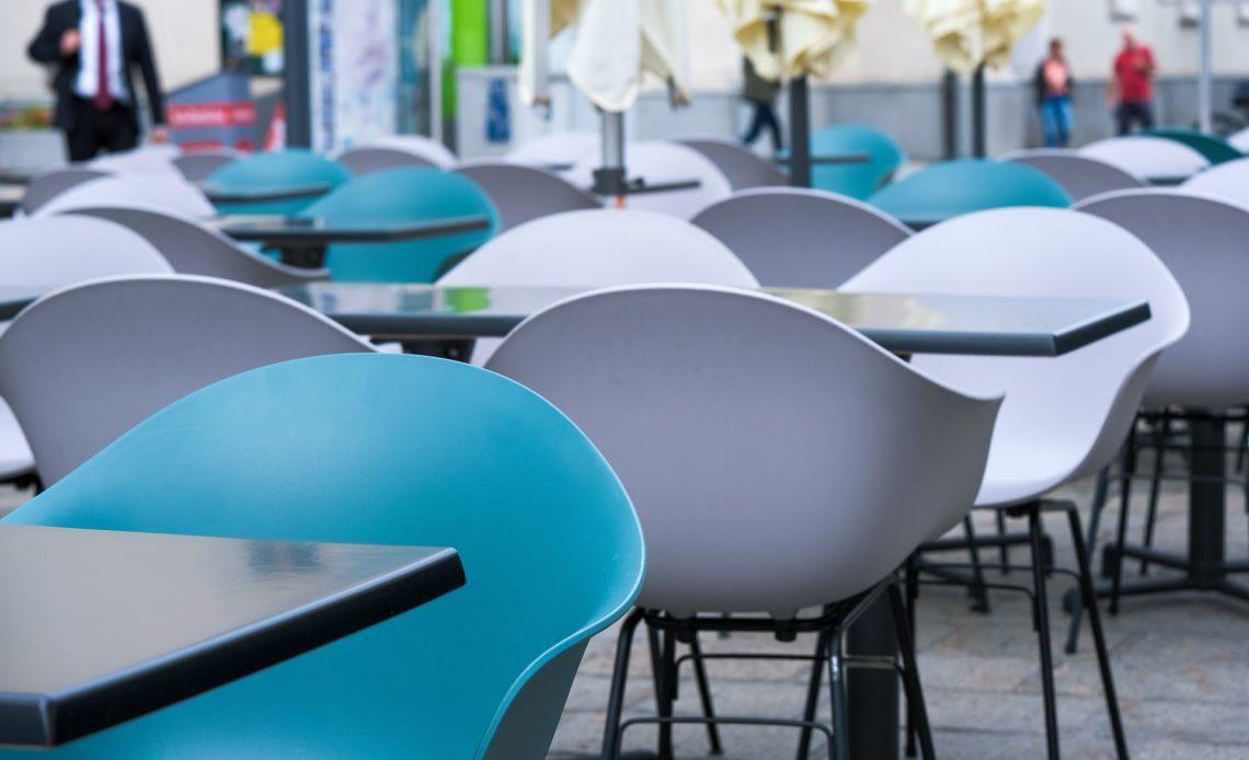 Tables dans une salle de restaurant - Cantine - RIE