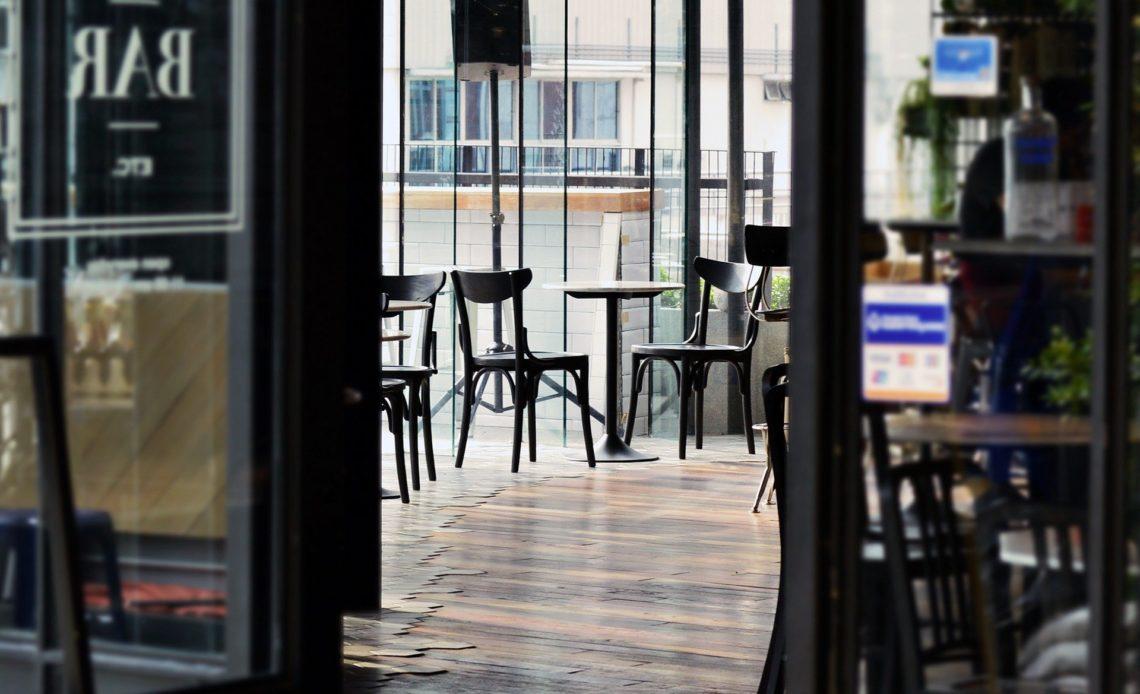 Bar-restaurant café en salle vide