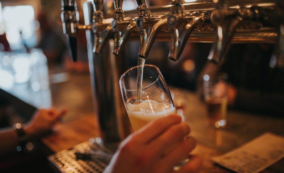 Bière IPA servie à la pression dans un bar