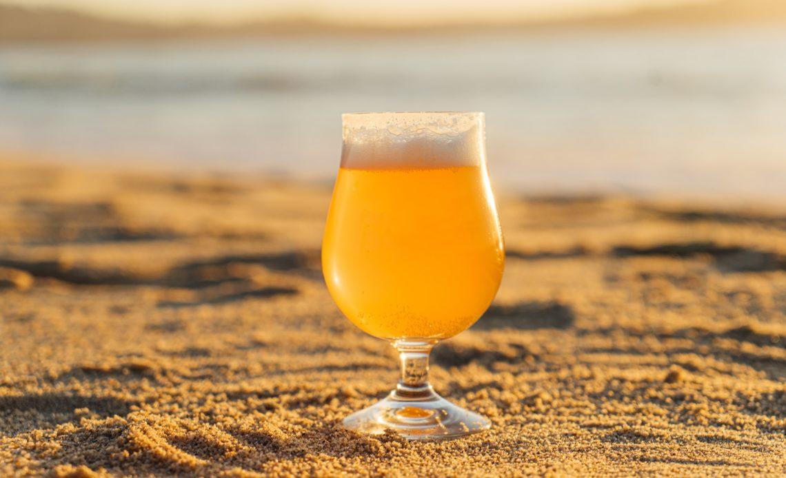 Verre de bière IPA sur la plage