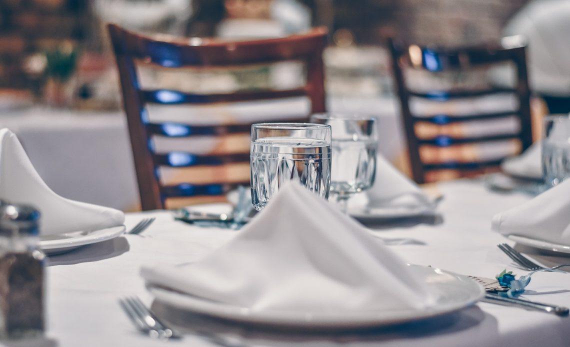 Service à table en hôtellerie-restauration
